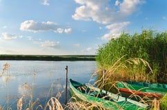 Schöner Fluss und alte Boote Stockbilder