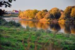 Schöner Fluss und Himmel Stockfotografie