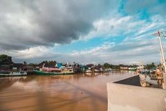 Schöner Fluss und traditionelles Boot Stockfoto