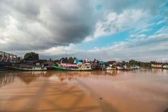 Schöner Fluss und traditionelles Boot Stockbild