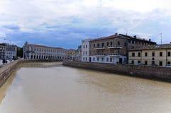 Schöner Flussufer gesehen von einer Brücke in der Stadt von senigall Lizenzfreie Stockfotografie