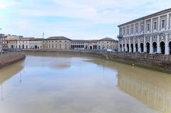 Schöner Flussufer gesehen von einer Brücke in der Stadt von senigall Lizenzfreies Stockbild