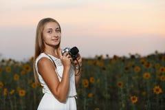Schöner Fotograf des jungen Mädchens mit Fotokamera auf Natur stockbild