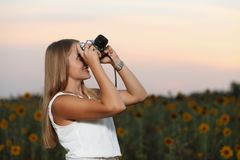 Schöner Fotograf des jungen Mädchens mit Fotokamera auf Natur stockfotos