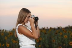 Schöner Fotograf des jungen Mädchens mit Fotokamera auf Natur stockfoto