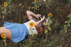 Schöner Fotograf des jungen Mädchens mit Fotokamera auf Natur lizenzfreie stockfotos
