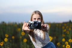 Schöner Fotograf des jungen Mädchens mit Fotokamera auf Natur lizenzfreie stockbilder