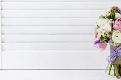 Schöner Frühlingsblumenstrauß auf den Fensterläden Lizenzfreies Stockfoto