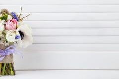 Schöner Frühlingsblumenstrauß auf Fensterladen Stockfotografie