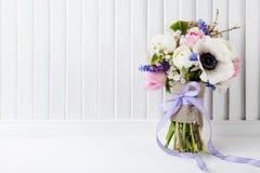 Schöner Frühlingsblumenstrauß auf stilvollem weißem Fensterladen Stockfoto