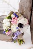 Schöner Frühlingsblumenstrauß in der rustikalen Art Stockfotos