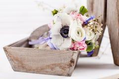 Schöner Frühlingsblumenstrauß im Korb Lizenzfreies Stockfoto