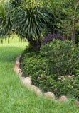 Schöner Frühlingsgarten mit großen grünen Rasen Lizenzfreie Stockfotografie