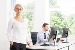 Schöner Frau-CEO, der alles unter Steuerung im Büro hält Stockfotos