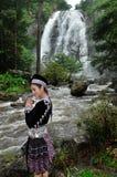 Schöner Frauenlohnrespekt zum Wasserfall Stockbild