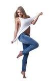 Schöner Frauenstandplatz in den Jeans und im Trägershirt Stockfotografie