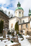Schöner Friedhof mit blauem Himmel Stockbild