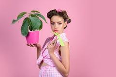Schöner Gärtner Pinupmädchen mit dem Modehaar Hübsches Mädchen in der Weinleseart Stift herauf Frau mit modischem Make-up Frühlin stockbild