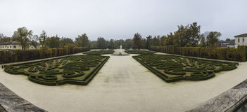 Schöner Garten mit Brunnen Stockfoto