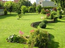 Schöner Garten nahe Haus im Sommer, Litauen Stockfoto