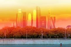 Schöner Gebäudewolkenkratzer Stockbild