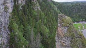 Schöner Gebirgsausblick hoch auf den Bergen clip Enormes Tal mit dichter Eukalyptuswalddraufsicht von einem großen stock footage