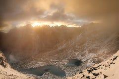 Schöner Gebirgssee in hohem Tatras bei Sonnenuntergang lizenzfreie stockbilder