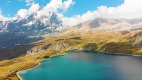 Schöner Gebirgssee nahe Matterhorn stock footage