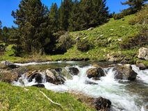 Schöner Gebirgswasserfall in Spanien lizenzfreies stockbild
