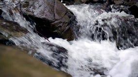 Schöner Gebirgswasserfall Wasserstromfluß unter Steinen stock footage