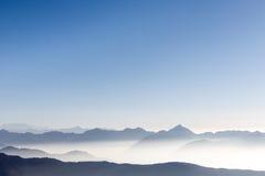 Schöner Gebirgszughintergrund mit blauem Himmel Lizenzfreie Stockbilder