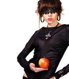 Schöner geheimnisvoller Brunette mit einem roten Apfel Stockbilder