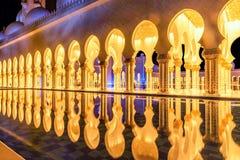 Schöner Gehweg belichtet nachts in Abu Dhabi Sheikh Zayed Lizenzfreies Stockfoto