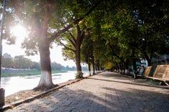Schöner Gehweg entlang dem Fluss Stockbilder