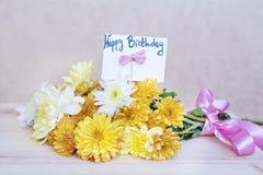 Schöner gelber Chrysanthemenblumenstrauß mit glücklicher Glückwunschkarte Lizenzfreie Stockfotos