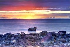 Schöner gelber, orange, roter und blauer Sonnenuntergangmeerblick bei Mull felsiger Küste Galloway im Ayrshire-Rind lizenzfreies stockfoto