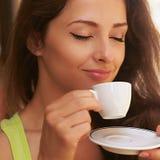 Schöner genießender trinkender Kaffee der Frau von der Schale draußen Stockfotografie