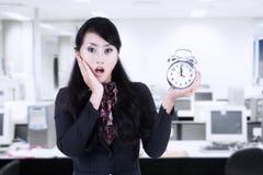 Schöner Geschäftsfrauschock an der Fristenuhr Stockfoto