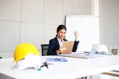 Schöner Geschäftsfrausekretär im Büro am Arbeitsplatz, Asiatin-Erfolg für die Arbeit überzeugt für Arbeit mit Erfolgskonzept stockfotografie