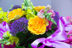 Schöner Geschenkblumenstrauß von Blumen stockbild