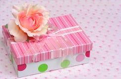 Schöner Geschenkkasten und -seide stiegen Stockbild