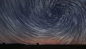 Schöner gewundener Stern schleppt vorbei archiviert mit einsamem Baum Stockfotografie