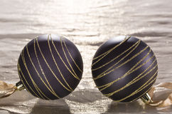 Schöner glänzender Ball auf einem Goldhintergrund Stockfoto