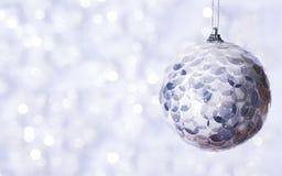 Schöner glänzender Ball auf einem Winterhintergrund Lizenzfreie Stockfotos
