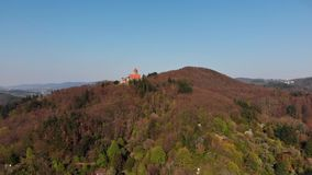 Schöner Glättungsflug über Schloss Wachenburg Das Haus der deutschen Studentengesellschaften auf Berg Wachenberg stock video footage