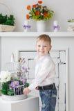 Schöner glücklicher blonder Junge Stockfotografie