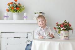 Schöner glücklicher blonder Junge Stockbild