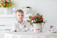 Schöner glücklicher blonder Junge Stockbilder
