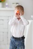 Schöner glücklicher blonder Junge Stockfotos