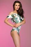 Schöner glücklicher Brunette, der im modernen Bikini aufwirft Sommerst. Lizenzfreie Stockbilder